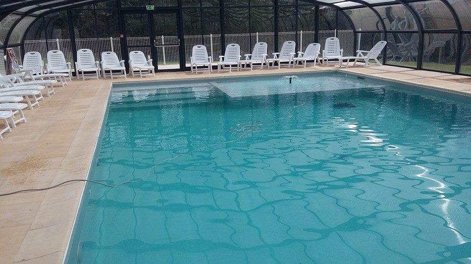 piscine couverte avec transat au camping