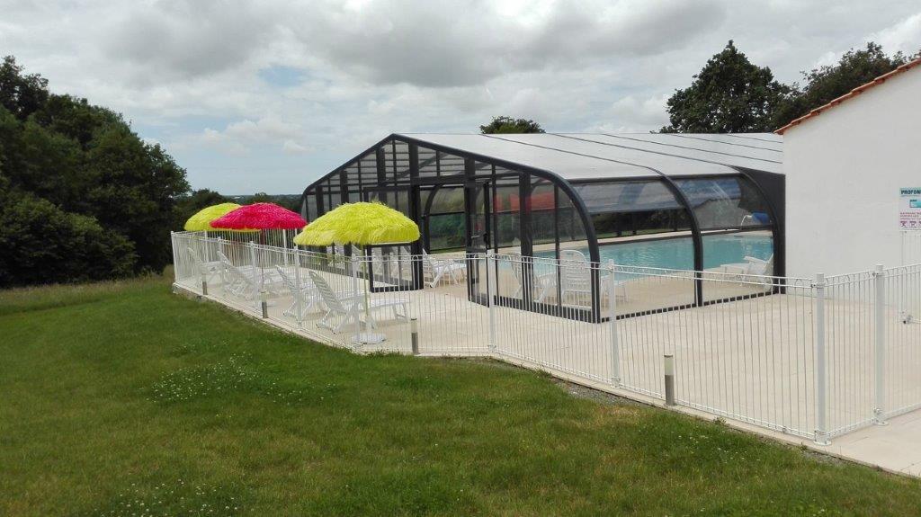 piscine couverte au camping à Commequiers